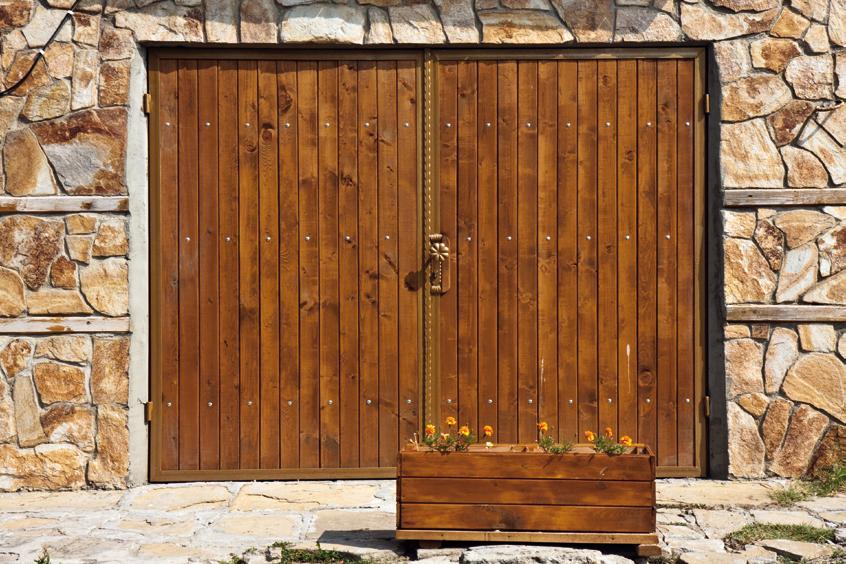 Распашные деревянные ворота для гаража